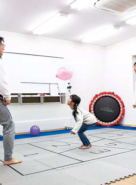 教室でトレーニング中の女の子